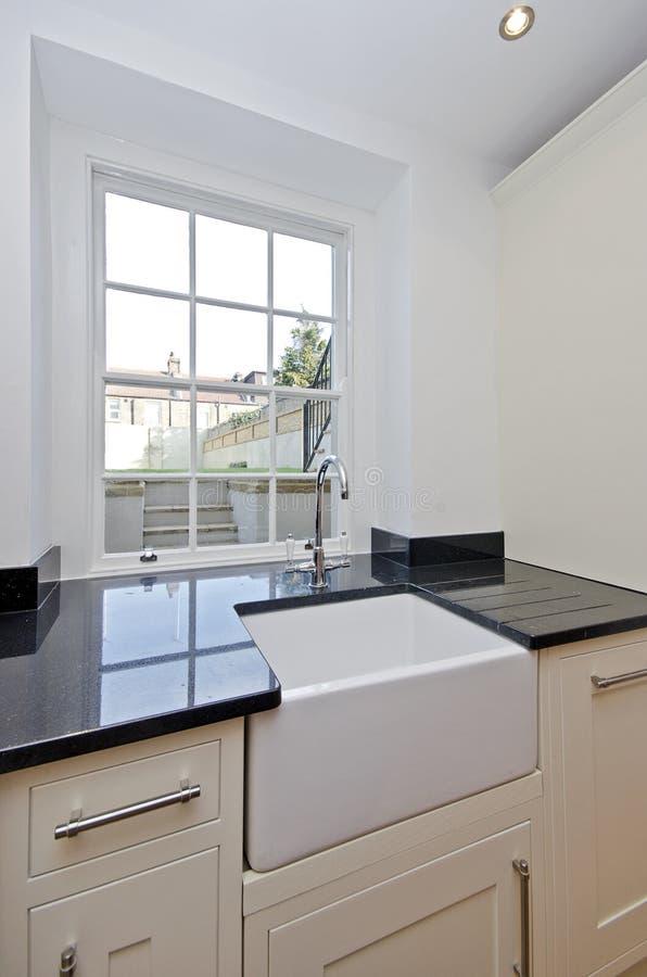 Detalhe de uma unidade moderna da cozinha com dissipador cerâmico fotografia de stock