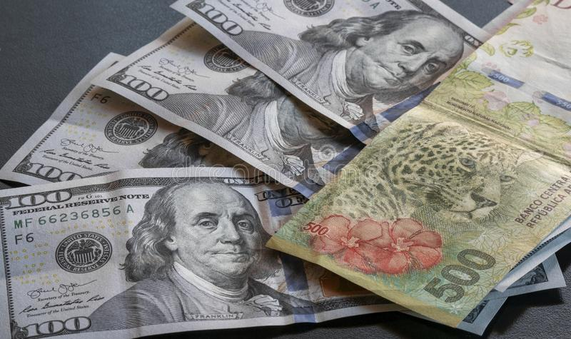 Detalhe de umas cinco cem contas do peso ao lado dos dólares imagens de stock royalty free