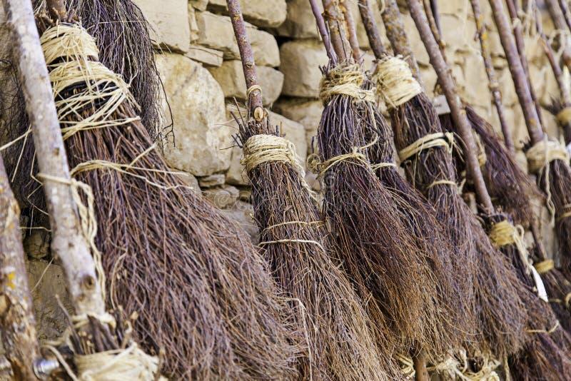 Detalhe de vassouras para bruxas no Dia das Bruxas fotos de stock