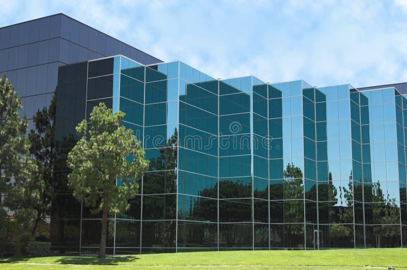 Detalhe de vidro azul do escritório foto de stock