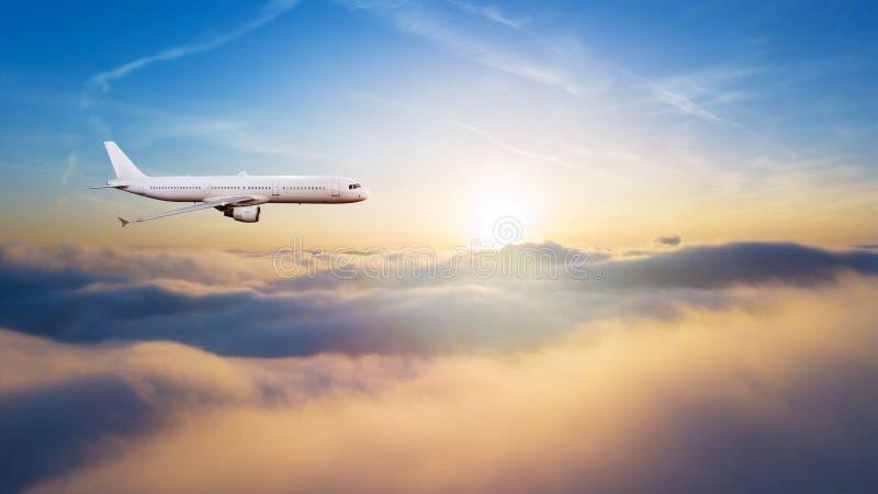 Detalhe de voo comercial do avião acima das nuvens imagens de stock