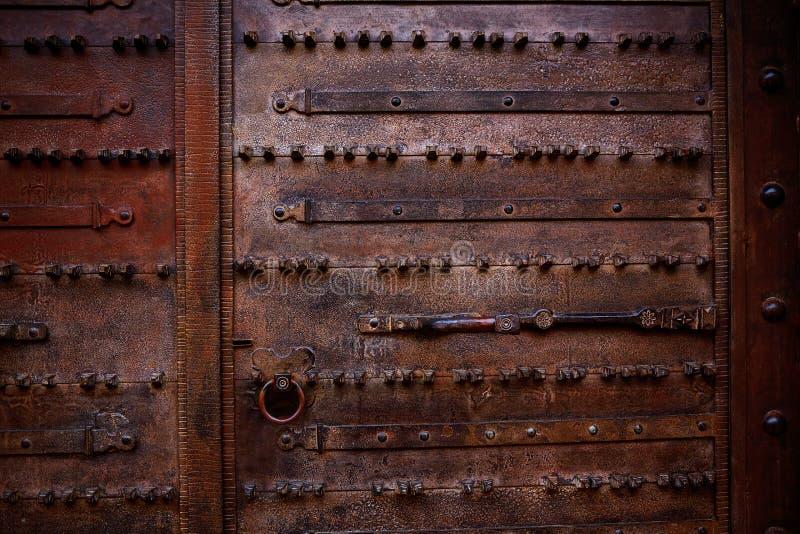 Detalhe de Zamora de porta de madeira envelhecida velha na Espanha imagens de stock
