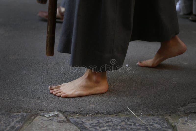 Detalhe descalço dos penitentes de domingo de palma da Páscoa imagem de stock