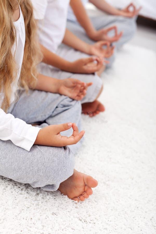 Detalhe do abrandamento da ioga da posição dos lótus imagem de stock royalty free