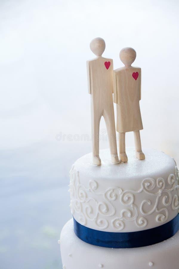 Detalhe do bolo de casamento branco com chapéus de coco de madeira foto de stock