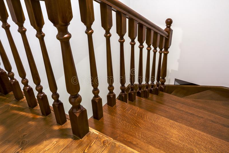 Detalhe do close-up de escadas de madeira marrons do carvalho na casa renovada nova Escadaria entre dois assoalhos imagem de stock royalty free
