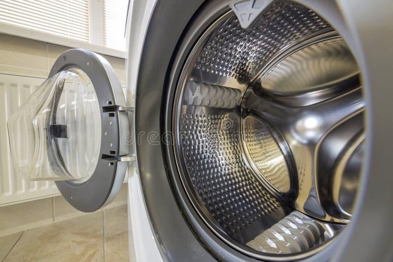 Detalhe do close-up de interior moderno da m?quina de lavar com interior do estar aberto Cilindro inoxid?vel brilhante de prata,  imagens de stock