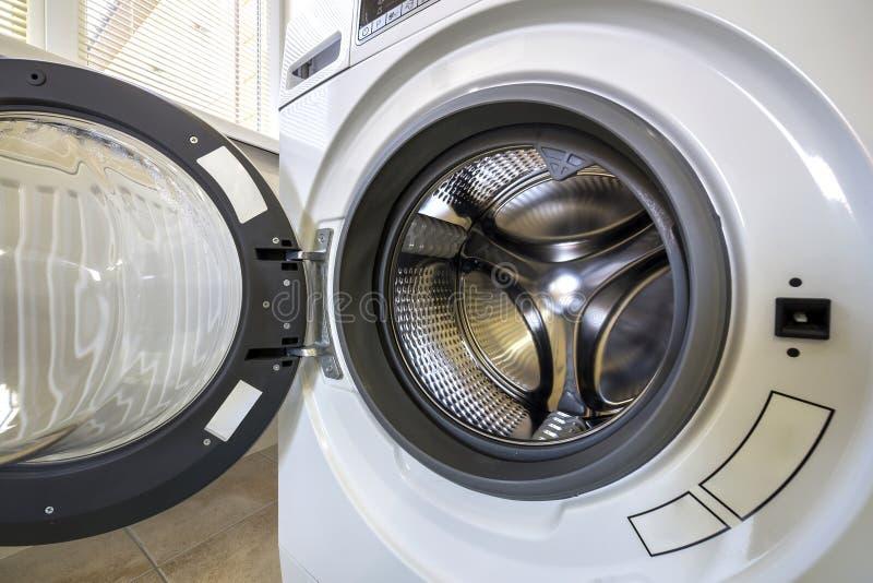 Detalhe do close-up de interior moderno da m?quina de lavar com interior do estar aberto Cilindro inoxid?vel brilhante de prata,  imagem de stock royalty free