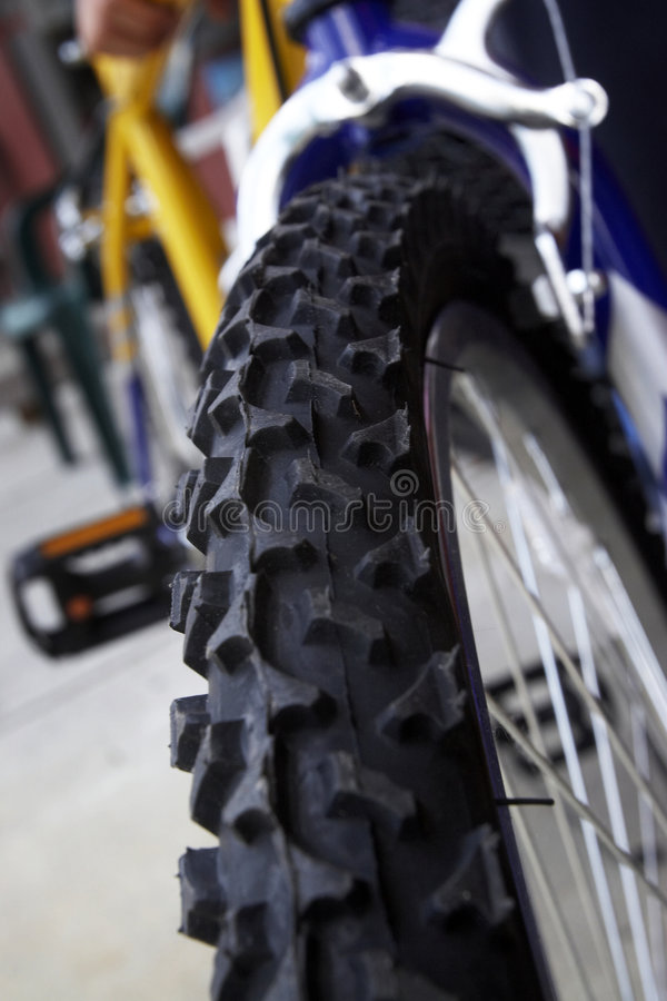 Detalhe do close up do pneu da bicicleta fotos de stock