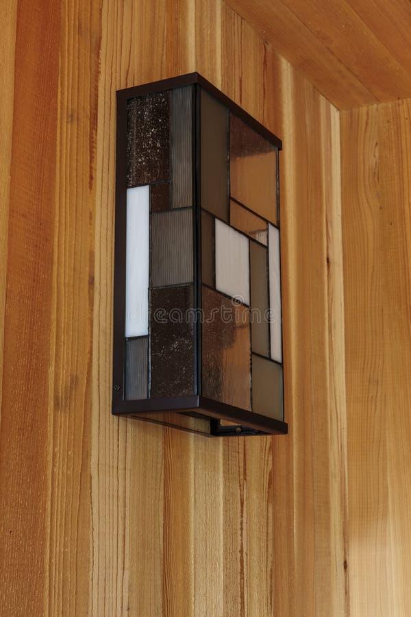 Detalhe do dispositivo bonde claro de vidro no pátio de entrada coberto de frente interno moderno foto de stock royalty free