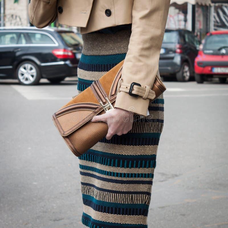 Detalhe do equipamento de uma mulher fora dos desfiles de moda de Armani que constroem para a semana de moda 2014 de Milan Women fotos de stock