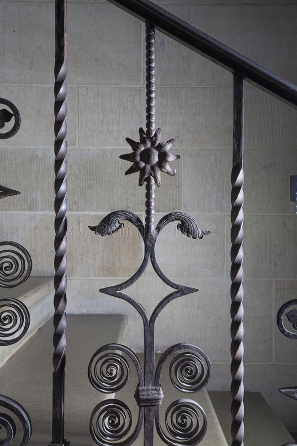 Detalhe do ferro forjado do balaústre com um girassol imagens de stock royalty free
