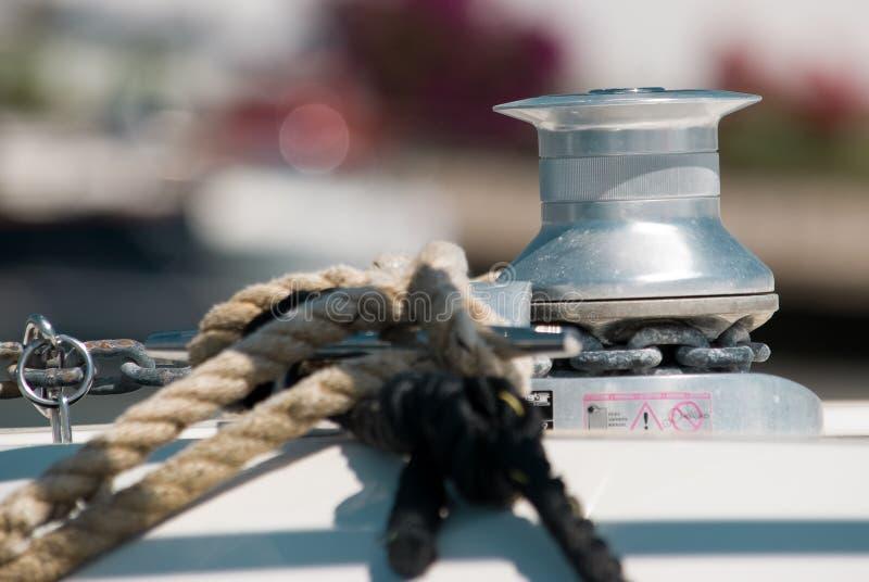 Detalhe do guincho do Sailboat e do iate da corda yachting foto de stock