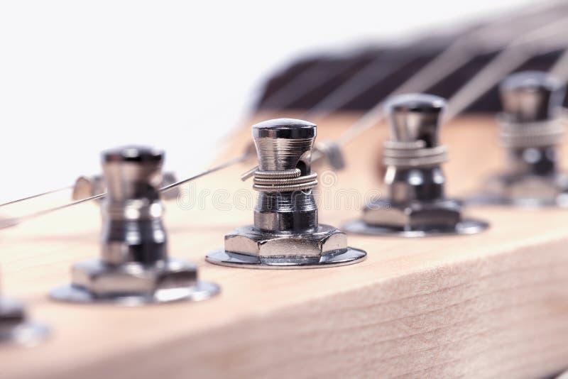 Detalhe do headstock do mastro de uma guitarra elétrica isolada no branco fotografia de stock royalty free