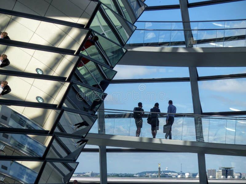 Detalhe do interior da abóbada do vidro do Reichstag de Berlim, Alemanha foto de stock