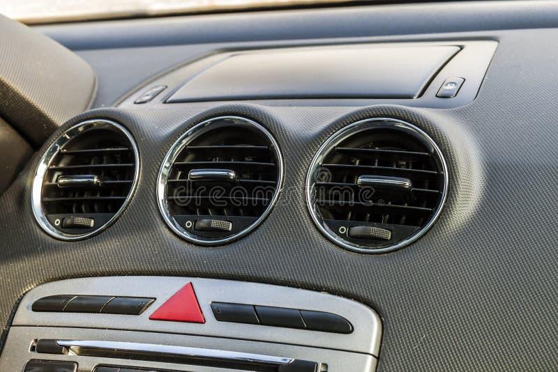 Detalhe do interior moderno novo do carro, foco na ventilação do aquecimento fotografia de stock royalty free