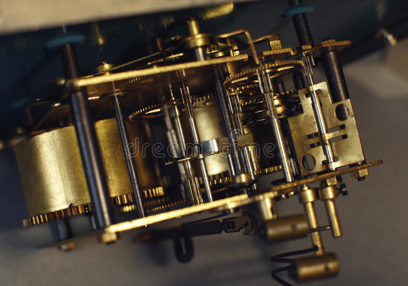 Detalhe do macro da maquinaria do relógio do vintage Maquinismo de relojoaria do fim velho do pulso de disparo acima imagens de stock royalty free