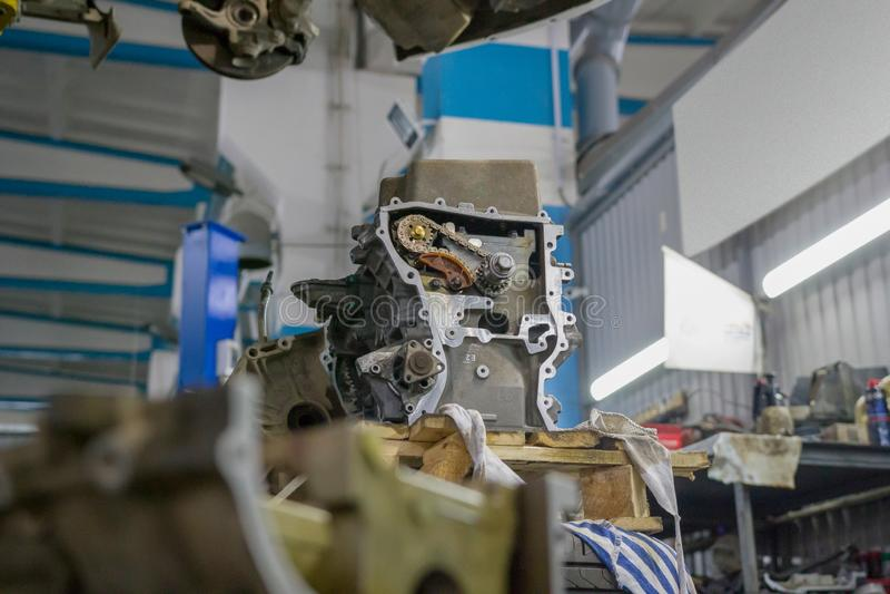 Detalhe do motor de um carro com engrenagens e uma corrente em uma oficina de reparações do carro fotos de stock