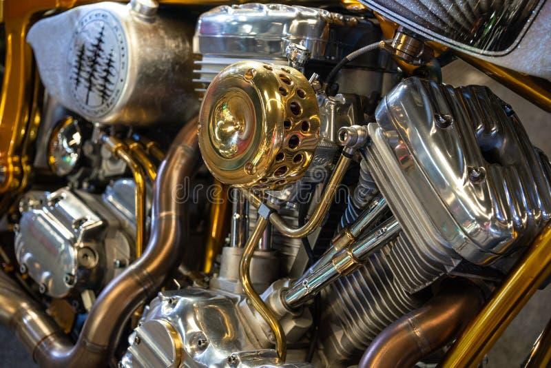 Detalhe do motor do motor de v de uma motocicleta do cromo em cores da prata e do ouro fotografia de stock