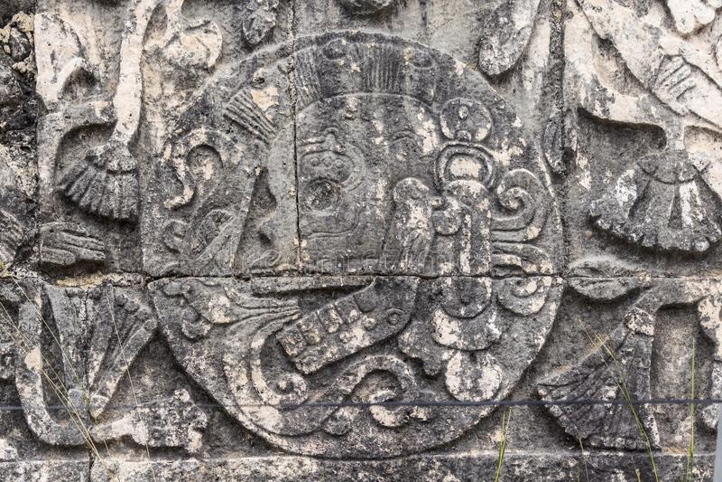 Detalhe do relevo de Bas na corte do jogo de bola em Chichen Itza fotografia de stock royalty free