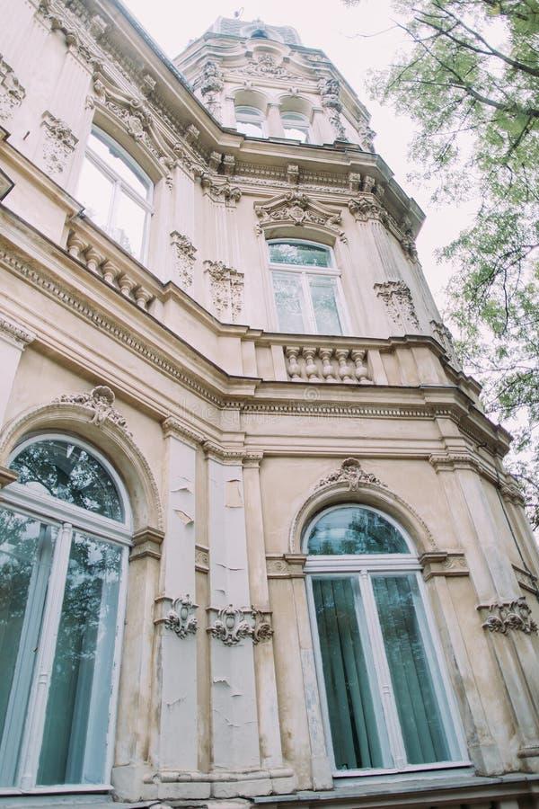 Detalhe do século XIX clássico austríaco bonito da fachada da casa de campo Opinião de baixo ângulo na torre imagem de stock