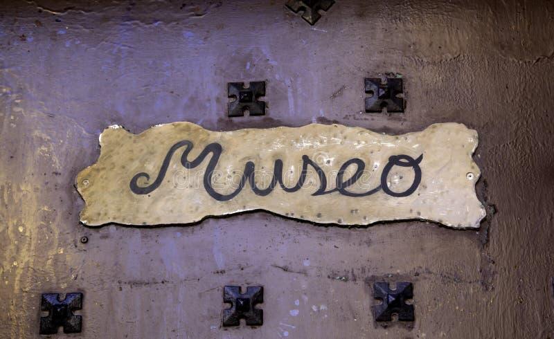Detalhe do sinal do museu imagens de stock