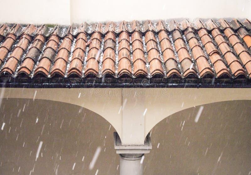 Detalhe do storn da saraiva no telhado da casa fotografia de stock