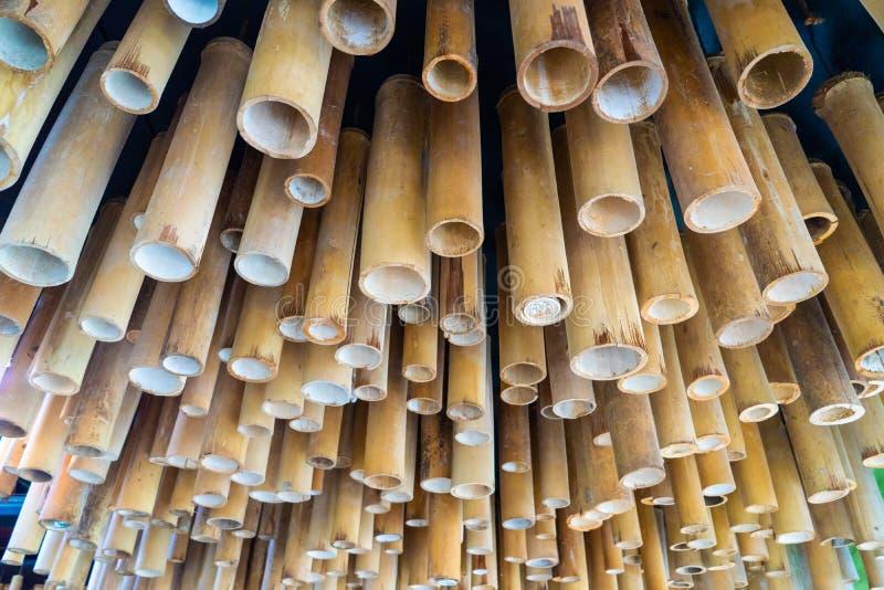 Detalhe do teto da decoração de bambu do tubo que pendura no teto com luz conduzida Os materiais da decoração são tubos de bambu foto de stock