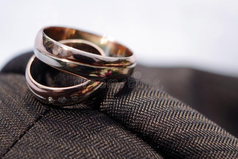 Detalhe dos anéis de casamento fotos de stock