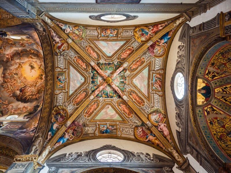 Detalhe dos fresco maravilhosos do renascimento no teto de t fotografia de stock