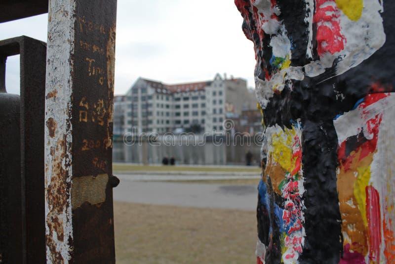 Detalhe dos grafittis de muro de Berlim, galeria da zona leste imagem de stock