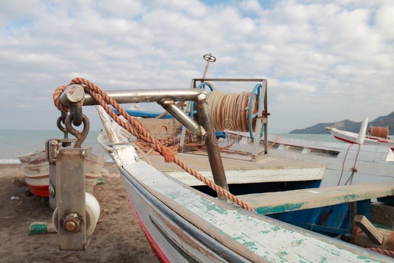 Detalhe dos utensílios de um barco de pesca pequeno foto de stock