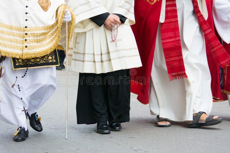 detalhe dos vestidos do trditional do membro cristão da confraternidade fotos de stock royalty free