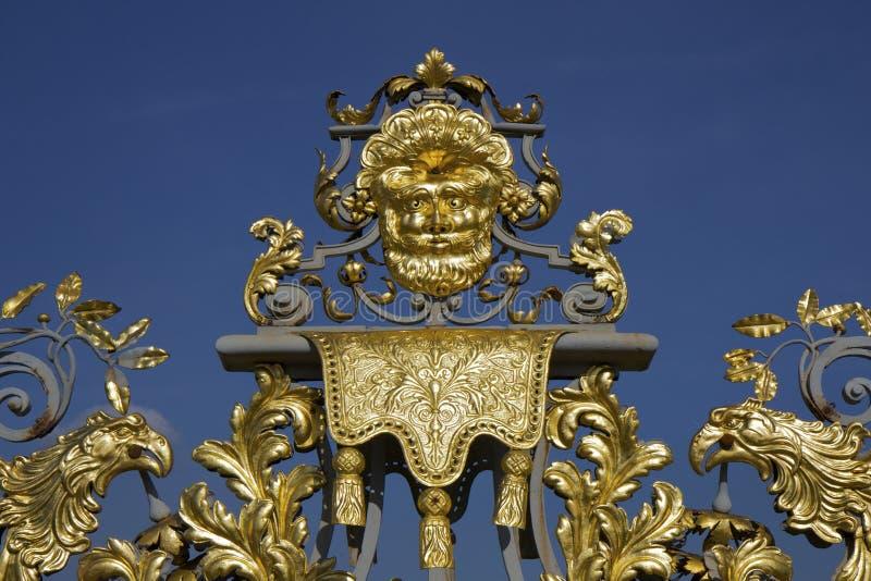 Detalhe dourado de portas do palácio do Hampton Court imagem de stock