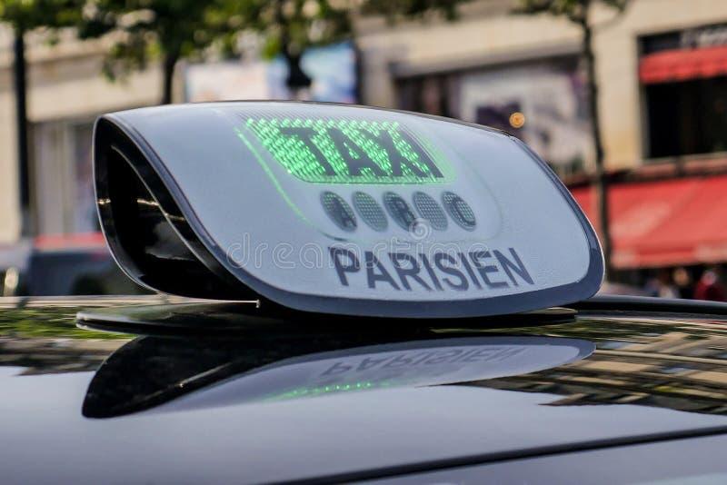 Detalhe e Arc de Triomphe do táxi de Paris no fundo fotos de stock