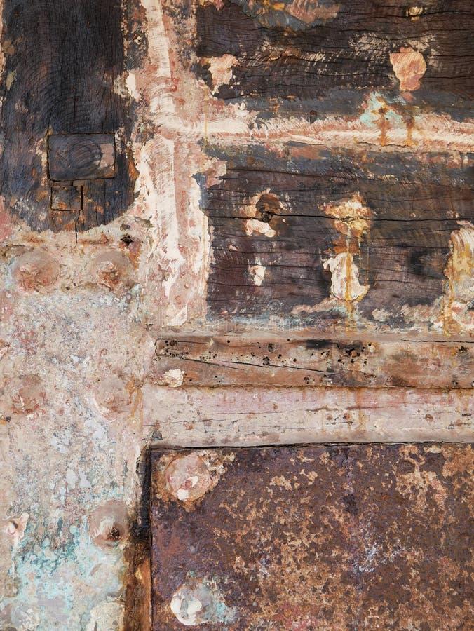 Detalhe e close up da casca de madeira velha e colorida do barco, pintura velha com quebras e textura de madeira foto de stock