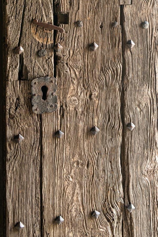 Detalhe e textura em uma porta velha a uma catedral/igreja na Espanha imagens de stock