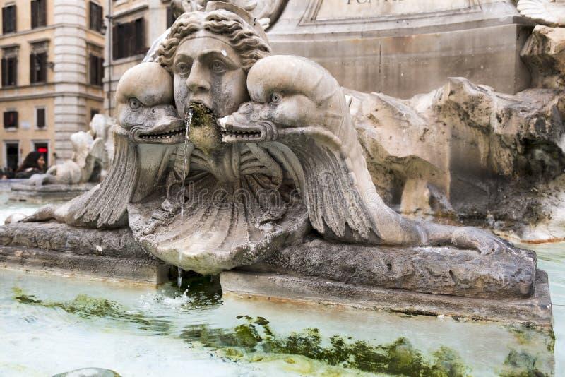 Detalhe escultural na praça del Panteão, em Roma, Itália imagem de stock