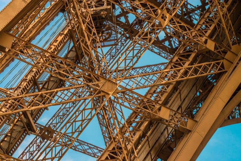 Detalhe espetacular da estrutura do metal da torre Eiffel com um céu azul imagens de stock royalty free
