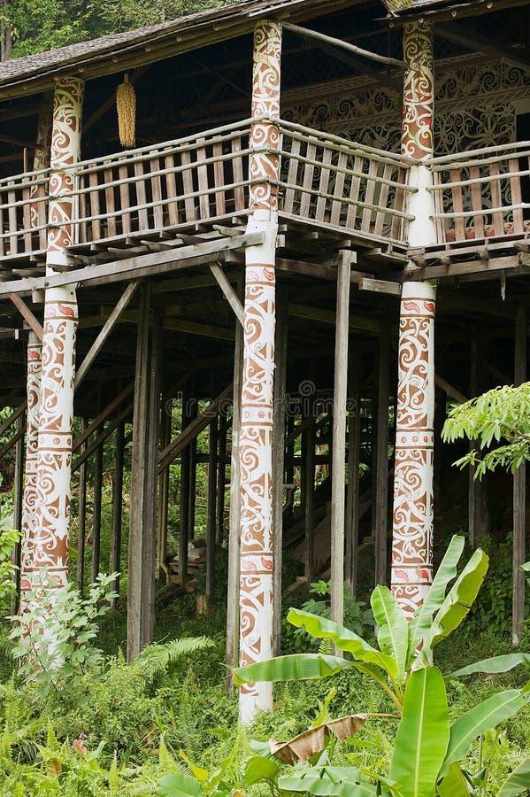 Detalhe exterior da casa longa tribal de Ulu do orangotango típico na vila cultural em Kuching, Malásia foto de stock