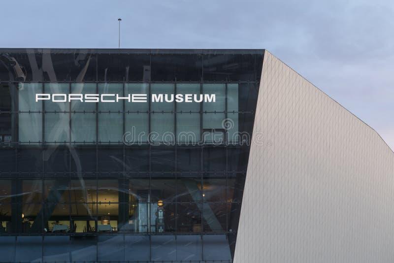 Detalhe exterior do crepúsculo de museu de Porsche fotografia de stock