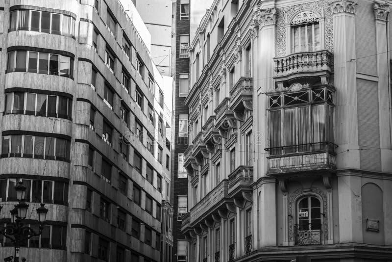Detalhe a fachada que constrói a vista preto e branco, Castellon, Espanha foto de stock royalty free