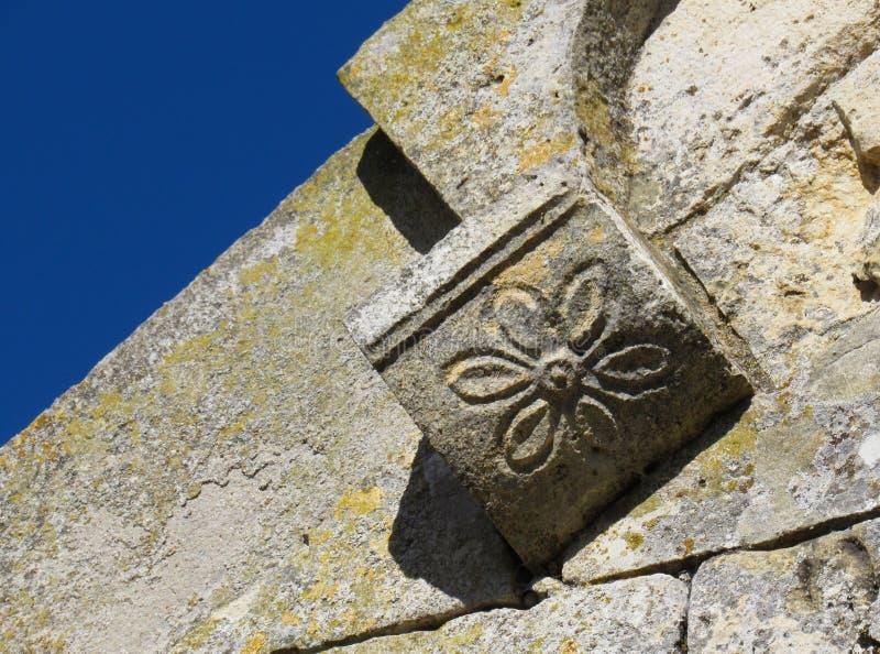 Detalhe floral escultural na fachada do romanesque imagem de stock
