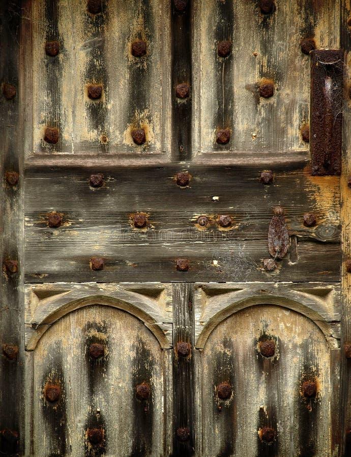 Detalhe gótico de madeira oxidado velho da porta imagens de stock