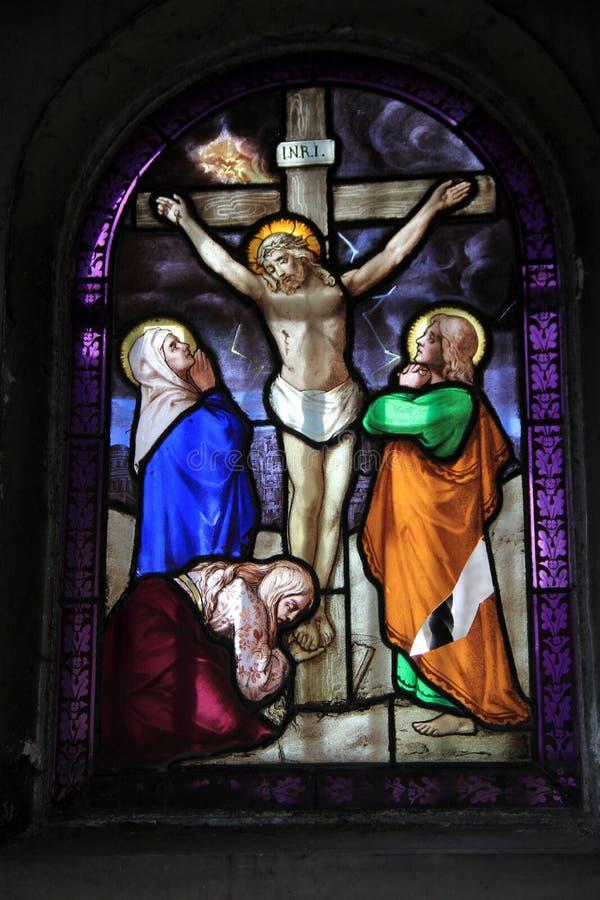 Detalhe impressionante em janelas de vitral, Notre Dame Cathedral, Paris, França, 2016 fotos de stock royalty free