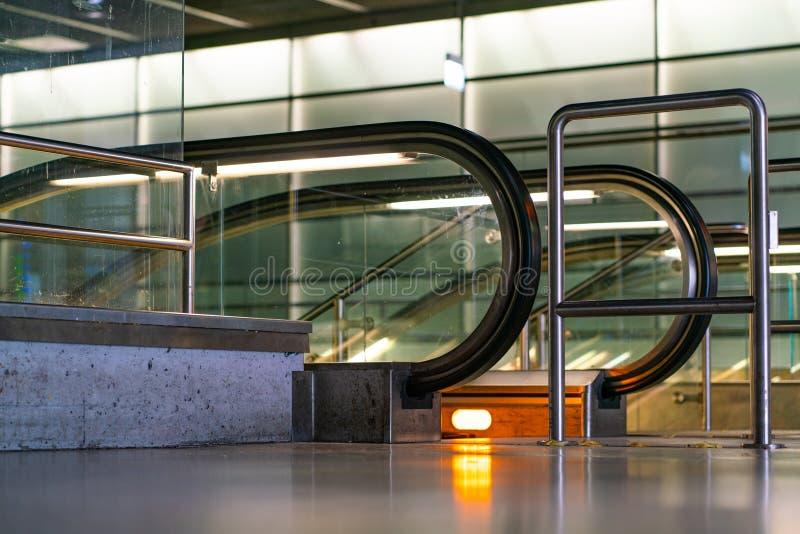 Detalhe incomum de uma escada rolante na estação subterrânea Potsdamer Platz de Berlim fotos de stock royalty free