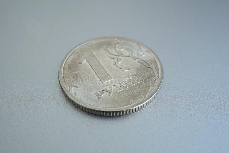 Detalhe macro de uma moeda de prata brilhante de uns rublo & x28; Rouble& x29; como o símbolo da moeda do russo no fundo de prata fotografia de stock