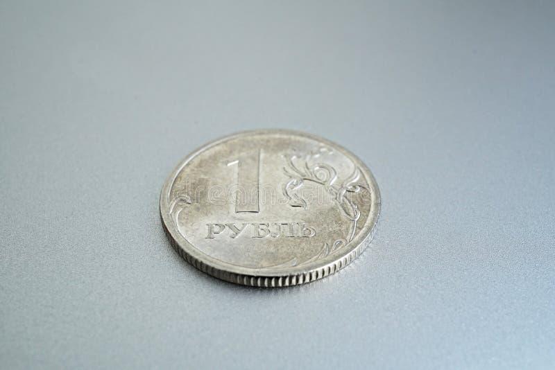 Detalhe macro de uma moeda de prata brilhante de uns rublo & x28; Rouble& x29; como o símbolo da moeda do russo no fundo de prata fotografia de stock royalty free