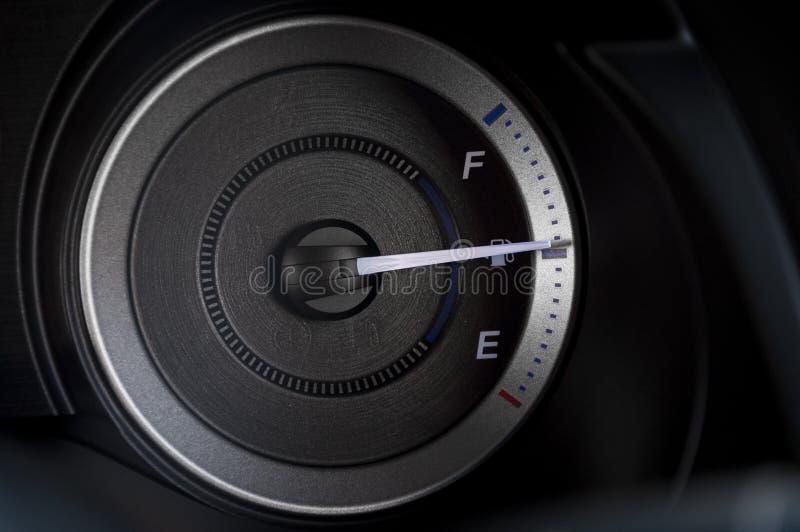 detalhe moderno com os calibres no painel de um carro imagens de stock royalty free