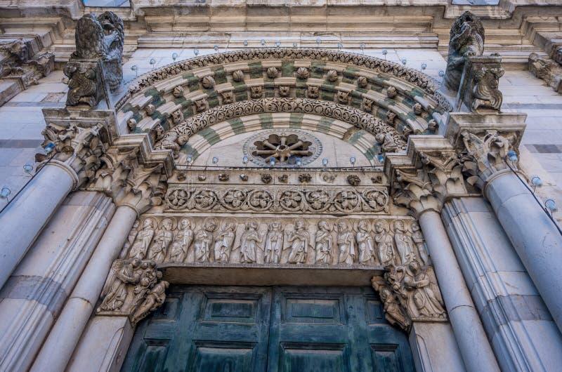 Detalhe na fachada do romanesque de St Martin Cathedral na praça Antelminelli em Lucca, Toscânia fotografia de stock